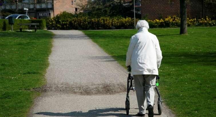 Ældre dame med gangstativ